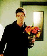 Barry Allen Traendo flores para mi