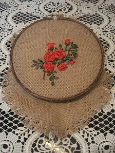 Bordado de cintas  de seda  en arpillera.