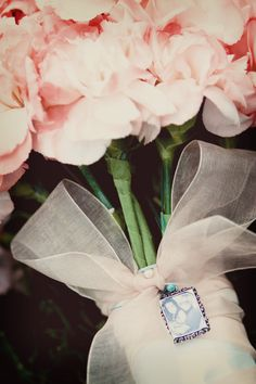 Great idea to have a special picture of someone close to your heart on your bouquet! #Minnesota #weddings