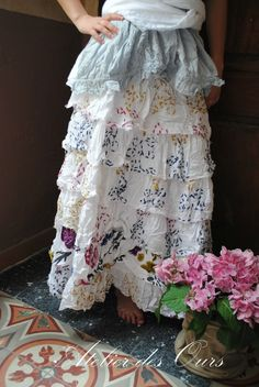 MLLE BOHEME : Jupe à volants EWA IWALLA, blouse en voile de coton EWA IWALLA, écharpe blanche en dentelle