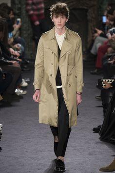 Valentino Fall 2016 Menswear Fashion Show Male Fashion Trends, Men Fashion Show, Mens Fashion Week, Mens Raincoat, Raincoat Jacket, Mens Fashion Casual Shoes, Mens Fashion Suits, Casual Wear, Coat Style For Man