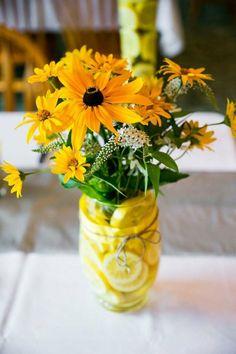 table de mariage avec des fleurs jaunes