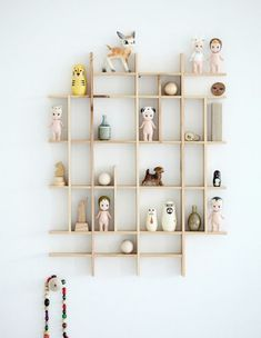 Here are some playful and practical shelf ideas for a kids room. If you like a little project, many of these shelves can easily be recreated at home. And they will provide lots of inspiration, perhaps to create your own unique version. Deco Kids, Ideias Diy, Room Decor, Wall Decor, Nursery Decor, Diy Wall, Wall Art, Home And Deco, Kid Spaces