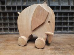 Jouet en bois / Eléphant en bois à roulettes par GrandeOurseVintage