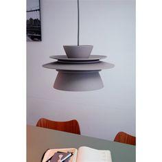 De Zuperzozial Dish Connect 5.0 Hanglamp heeft het licht gezien als het gaat om materiaal! De lamp is voornamelijk gemaakt van bamboe en maïs; deze stoffen zijn biologisch afbreekbaar. En hij is nog mooi ook! Perfect boven de eettafel of in de hal.