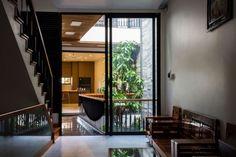 Cette maison étroite qui ressemble à un petit immeuble est en fait une seule et même habitation individuelle. Sa façade ajourée, laisse passer l'air et la