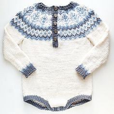 Embladrakt er en rålekker vinterbody inspirert av gamle kofter. Kjempefin under nikkers og bukser istedetfor gensere som sklir opp, eller med strømpebukse og knestrømper under. Den strikkes rundt og rundt, med rundfelling, ovenfra og ned. Hele er strikket i et stykke, noe som begrenser monteringen mest mulig.