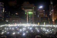 香港(Hong Kong)の特別行政府庁舎周辺で行われた民主派の集会で携帯電話などの電化製品を振る抗議の参加者(2014年8月31日撮影)。(c)AFP/ALEX OGLE ▼1Sep2014AFP|17年香港長官選、非公認候補認めず 事実上の民主派排除 http://www.afpbb.com/articles/-/3024655