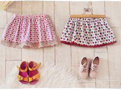 DIY : jupettes ultra rapides (+ tuto express – Caroline Lenain DIY : jupettes ultra rapides (+ tuto express jupe enfant fait main hand made www. Baby Couture, Couture Sewing, Diy Crochet, Crochet Baby, Hand Crochet, Crochet Skirt Outfit, Diy Jupe, Diy Trend, Diy Vetement