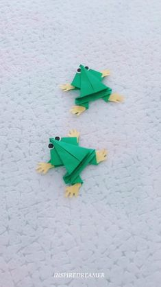 Make an origami frog that really jumps! – Origami Community : Explore the best and the most trending origami Ideas and easy origami Tutorial Cool Paper Crafts, Diy Paper, Paper Art, Craft Projects, Crafts For Kids, Origami Frog, Diy Origami, Origami Paper, Oragami