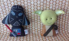 Chegou a Saga Star Wars, versão pocket, em feltro! Cada personagem mede aproximadamente 14cm. É possível a compra de cada bonequinho separadamente. Faça já a sua coleção!