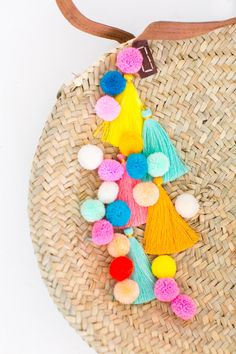 DIY pom pom tassel circle pool bag - sugar and cloth Crafts For Teens To Make, Diy And Crafts, Easy Crafts, Diy Tassel, Tassels, Creation Couture, Summer Diy, Summer Beach, Pink Summer