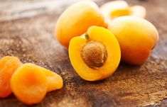 Here are 8 amazing apricot benefits you need to know. One of the most versatile fruits, common knowledge claims that the apricot was originally cultivated in China, till the Persians discovered it. Low Carb Protein Bars, Low Carb Diet, Foods For Healthy Skin, Healthy Snacks, Apricot Benefits, Salads For Picnics, Low Calorie Fruits, Lowest Calorie Fruit, Smoothie Vert
