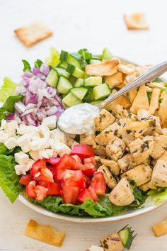 take out the pita to be keto. Chicken Gyro Salad with Tzatziki Sauce - Chicken gyros transformed into a HEALTHY salad with an EASY homemade tzatziki sauce that's loaded with tangy dill FLAVOR! Ready in 20 minutes! Chicken Gyros, Grilled Chicken Salad, Pesto Chicken, Tzatziki Chicken, Chicken Alfredo, Gyro Salad, Cobb Salad, Caprese Salad, Homemade Tzatziki Sauce