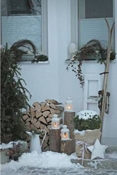 great ideas for modern wall decorations- tolle Ideen für modernen Wandschmuck Sweet deco with firewood . similar great projects and ideas as shown in the picture you can find in our magazine. We are looking forward to your visit. Noel Christmas, Country Christmas, All Things Christmas, Winter Christmas, Christmas Crafts, Xmas, Outdoor Christmas Decorations, Holiday Decor, Wall Decorations
