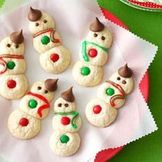 Bake these adorable Snowman Cookies recipe from Taste of Home. These are snowman cookies are cute enough to eat–and disappear quickly! So make sure you grab one before they are all gone before you let your family and friends get to them. Best Christmas Cookie Recipe, Christmas Sweets, Christmas Fun, Christmas Goodies, Christmas Cookies For Kids, Christmas Cupcakes, Christmas Parties, Christmas Cookie Exchange, Cottage Christmas