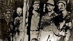 キューバのシエラマドレで、弟のラウル・カストロ氏(左端)、後にラウル・カストロ氏の妻となるビルマ・エスピン氏(左から2番目)らゲリラのメンバーと撮影された、キューバ革命の指導者、フィデル・カストロ氏(1958年撮影)。(c)AFP/CONSEJO DE ESTADO