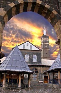 Ulu Camii | Diyarbakır  Daha sonra 1091 yılında Büyük Selçuklu Hükümdarı Melikşah'ın buyruğu ile büyük bir onarım gördüğünü, değişik dönemlerde birçok kez onarım ve eklentilerle bugünkü şeklini aldığını kitabelerinden öğrenmekteyiz. Büyük Selçuklu hükümdarı Melikşah, İnal ve Nisanoğulları, Anadolu Selçuklu hükümdarı Gıyaseddin Keyhüsrev, Artuklular, Akkoyunlu hükümdarı Uzun Hasan ve Osmanlı padişahlarından birçoğuna ait kitabeler caminin muhtelif yerlerinde görülmektedir. Ankara, Istanbul, Historical Architecture, Ulsan, Homeland, Beautiful Eyes, Asia, Mansions, Landscape
