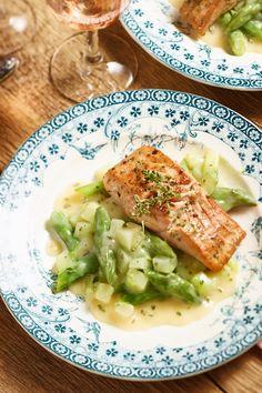 So schmeckt der Sommer: Lachs auf Spargel-Kohlrabi-Gemüse.