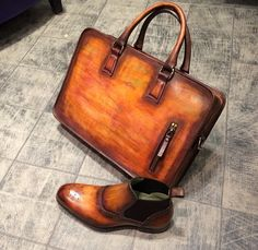 Le duo chic ! Patine Pain d'épices : Sac Diplo : 840€ & Modèle 8321 Goodyear : 410€ #jmlegazel #dandy #elegance #shoesaddict #paris #handmade #patina #custom #chaussures #souliers #mensstyle #shoes #shoeshine #modehomme #mode #men #fashion #style #luxe #menstyle #menswear #leather #carlossantos #menshoes