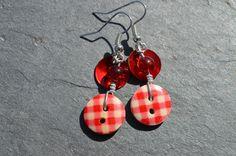 Boucles d'oreilles, boutons bois dessins carreaux rouges nacres - Bijoux fantaisie TessNess : Boucles d'oreille par tessness