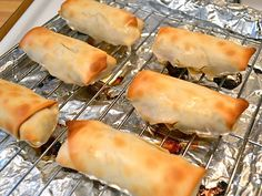 These homemade vegetable egg rolls are stuffed full of cabbage, mushrooms, carrots, and more. Shrimp Egg Rolls, Vegetable Egg Rolls, Baked Eggrolls, Frozen Egg Rolls, Oven Baked Vegetables, Love Food, A Food, Homemade Egg Rolls, Egg Roll Recipes