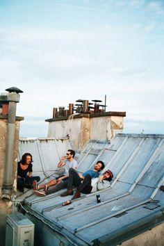 Votre voyage à Paris avec les meilleures vues des toits de Paris; une bière avec des amis sur le toit - vie ado