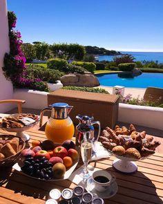 Nadire Atas on Dining Al Fresco Breakfast Around The World, Breakfast In Bed, Romantic Breakfast, Good Food, Yummy Food, Aesthetic Food, Travel Aesthetic, Fresco, Food Porn