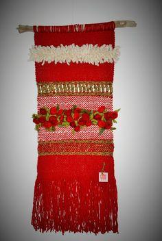 Emma - Almacén de cosas lindas: Murales realizados en telar Weaving Textiles, Weaving Art, Tapestry Weaving, Loom Weaving, Hand Weaving, Types Of Weaving, Arts And Crafts, Diy Crafts, Weaving Projects