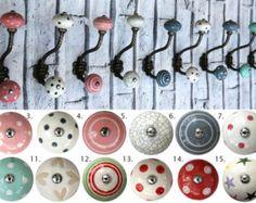 Nos boutons en céramique classiques avec divers motifs et dessins donneront à votre maison cette touche spéciale ! Ces boutons de meubles vintage contribuera à égayer nimporte quelle pièce de votre maison. Ils sont les boutons décoratifs parfaits pour une traction de tiroir de commode, porte de placard ou darmoire de cuisine.  Bouton Détails  Mesurent ces boutons décoratifs : attaché de 4cm de diamètre (1,6 pouces), 1,8 cm de profondeur (0,7 pouces), avec une vis de 3,5 cm (1,4 po)  Ces…