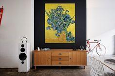 Van Gogh schilderde dit kunstwerk in de inrichting in Saint-Rémy-de-Provence. Dit kunstwerk was voor hem een kleurenstudie. Hij schilderde 'Irissen' twee keer en zocht hierbij naar krachtig kleurcontrast. De een met felle kleuren en de ander in een zacht pastel. Kies jouw favoriet, ontwerp je eigen IXXI en geef je woonkamer direct een stijlvolle twist!