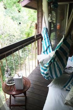 ソファとハンモックで、普通のベランダを屋外リビングに