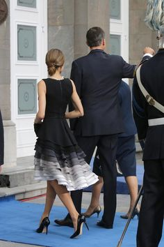 King Felipe, Queen Letizia and Queen Sofia attended the Princess of Asturias awards ceremony at the Campoamor Theatre on October Oviedo, Spain. Best Prom Dresses, Formal Dresses, Dress Skirt, Dress Up, Dress Prom, Chic Dress, Hijab Dress, Mode Inspiration, Fashion Inspiration