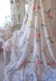VINTAGE CHENILLE BEDSPREAD SNOWY WHITE PINK DAISY ROSES BLUE POPCORN & FRINGE