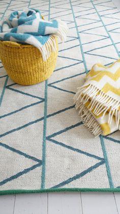 Alfombra 100% lana con un bonito y elaborado estampado geométrico, con unas medidas de 170x250 cm. Alfombra tejida a base de rayas azulesque recorren la alfombra en forma de zig zag y que se entrecruzan con unas bonitas lineas color azul celeste mineral, todo expuesto sobre un fondo blanco. Una alfombra que le dará un toque acogedora tu hogar.