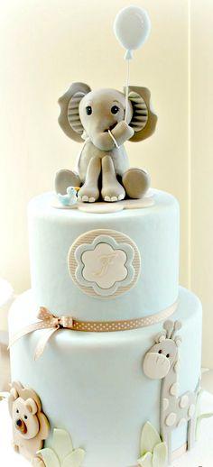 Animales repartidos por la tarta y me centro la inicial del niño ¡perfecta para el bautizo!