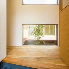 縁側を囲む暮らし。平屋の家。ウッドデッキ横には和室、コの字型の造り。造作のキッチンは作業台と流し台を分けて設置。勾配天井を活かしたロフトのある家。