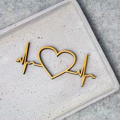 """Der 3D Schriftzug """"Beating Heart """" – ein ganz individuelles Geschenk für einen besonderen Menschen in Deinem Leben, ein persönliches Dekorationsstatement oder einfach ein schöner Spruch. Wooden Signs, Decorative Items, Unique Gifts, Etsy Shop, 3d, Special People, Script Logo, Life, Simple"""