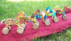 Caballitos de arrastre. En madera y papel. Sambalele Taller de Juguetes Artesanales. Patagonia Argentina.