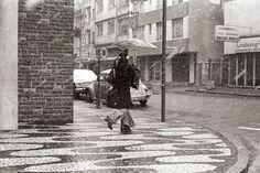 Cenas do noticiário: dois flagrantes da neve , em fotos recolhidas do arquivo da Gazeta do Povo. Incredulidade inicial logo se tornou num dia de festa, em especial na região central da cidade.   Fotos: Acervo Gazeta do Povo