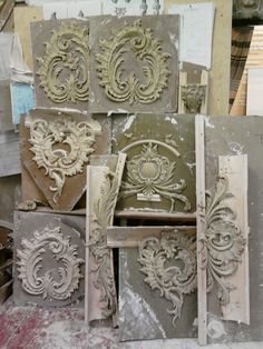Scrolls and pediments in abundance Plaster Sculpture, Plaster Art, Stencils, Baroque Decor, Stuck, Carving Designs, Idee Diy, Ornaments Design, Wood Carving