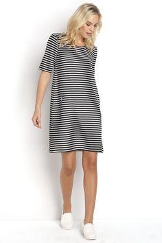 d7e33cb7f0a7 Randig klänning med korta ärmar från Happy Holly. Längd från axeln ca 90 cm  i