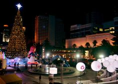 Christmas at Central World 2012 - Central World Christmas Tree at night - For full blog on Bangkok Christmas lights check here: http://live-less-ordinary.com/bangkok-expat/bangkok-christmas-lights-central-world