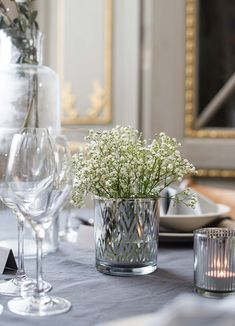 Bruk telysholdere som vaser #flowers #wedding #weddingdecor Wedding Decorations, Table Decorations, Party Ideas, Flowers, Home Decor, Homemade Home Decor, Fete Ideas, Floral, Interior Design