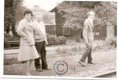 Mieszkańcy Georshutte przechodzący ulicą Konopnicką przy budynku drewnianym.W tle widoczne hale KZN-ów.Lata 60 XX wieku.( fot.ze zbiorów Henryka Nikisza)