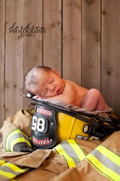 Newborn photo idea for a daddy that wears a uniform.