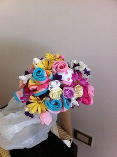 Ramo de flores con medias y babitas de bebe