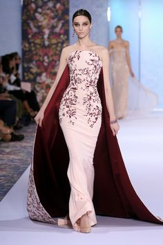 Catwalk photos and all the looks from Ralph & Russo Autumn/Winter Couture Paris Fashion Week Style Haute Couture, Couture Week, Haute Couture Gowns, Couture Details, Juicy Couture, Beautiful Gowns, Beautiful Outfits, Ralph Et Russo, Evening Dresses