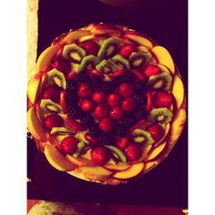 Crostata di crema pasticcera con frutta e cuore di bosco