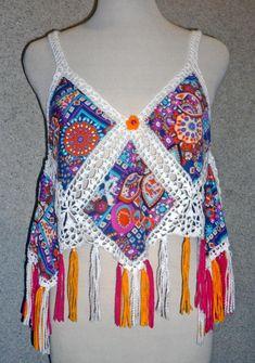 Blusa tejida a crochet en hilos de colores a azul, r ojo y turquesa con aplicaciones de tela estampada , Talla M Blusa el...
